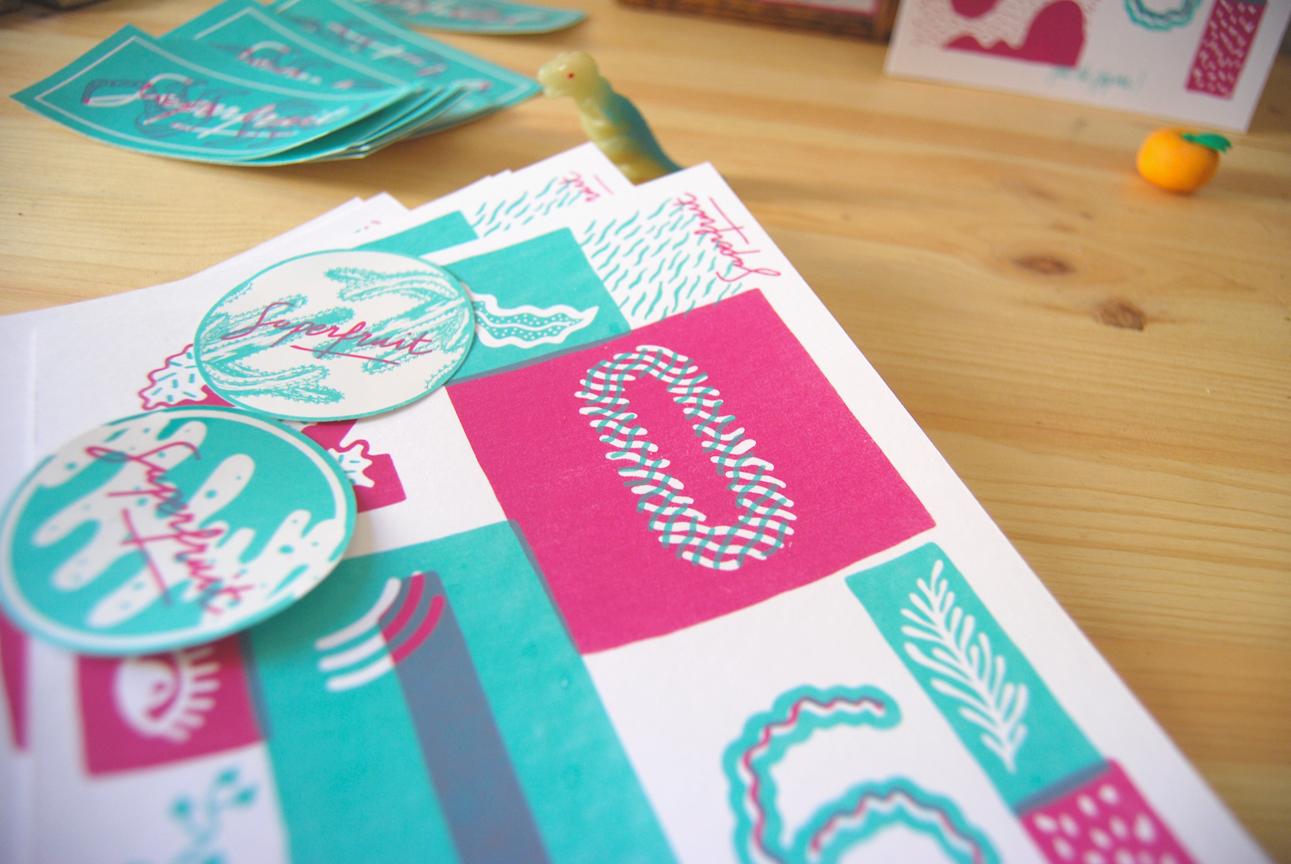 Zoom des cartes de voeux 2016 bleu et rose + stickers en sérigraphie artisanale par Superfruit. Illustration de motifs végétaux et de typographie.