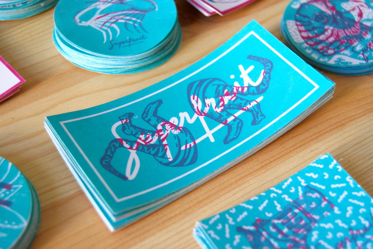Zoom sur le sticker double tigre bleu et rose avec une typographie Superfruit.