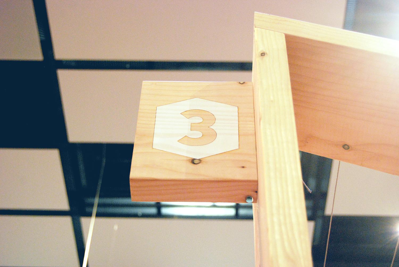 Détail signalisation bois numéro 3 stand Quaternion Futurapolis Toulouse 2015