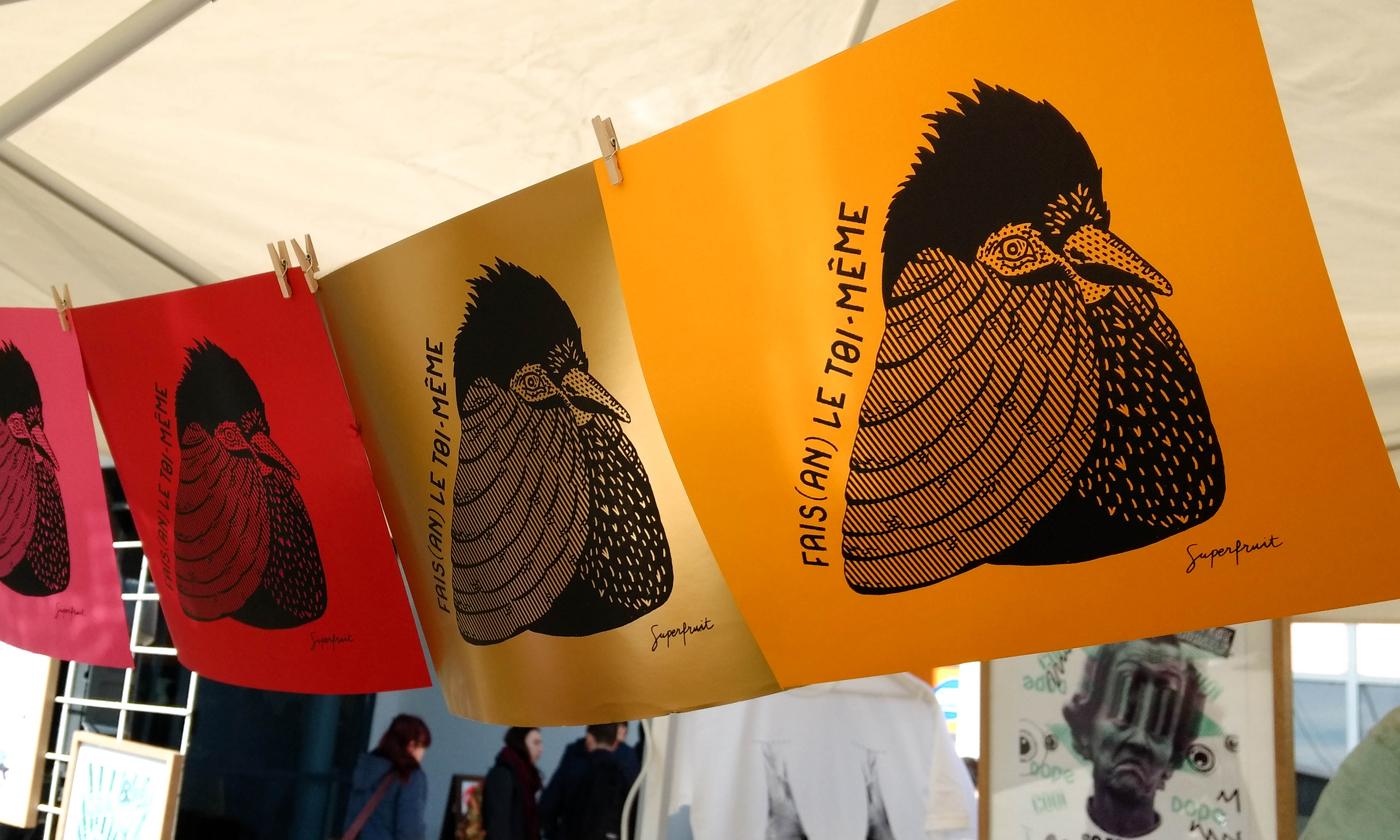 Impressions en sérigraphie réalisées par Superfruit pendant le festival les Airs Solidaires à l'université Paul Sabatier, Toulouse. Visuel de faisan doré créé par Superfruit