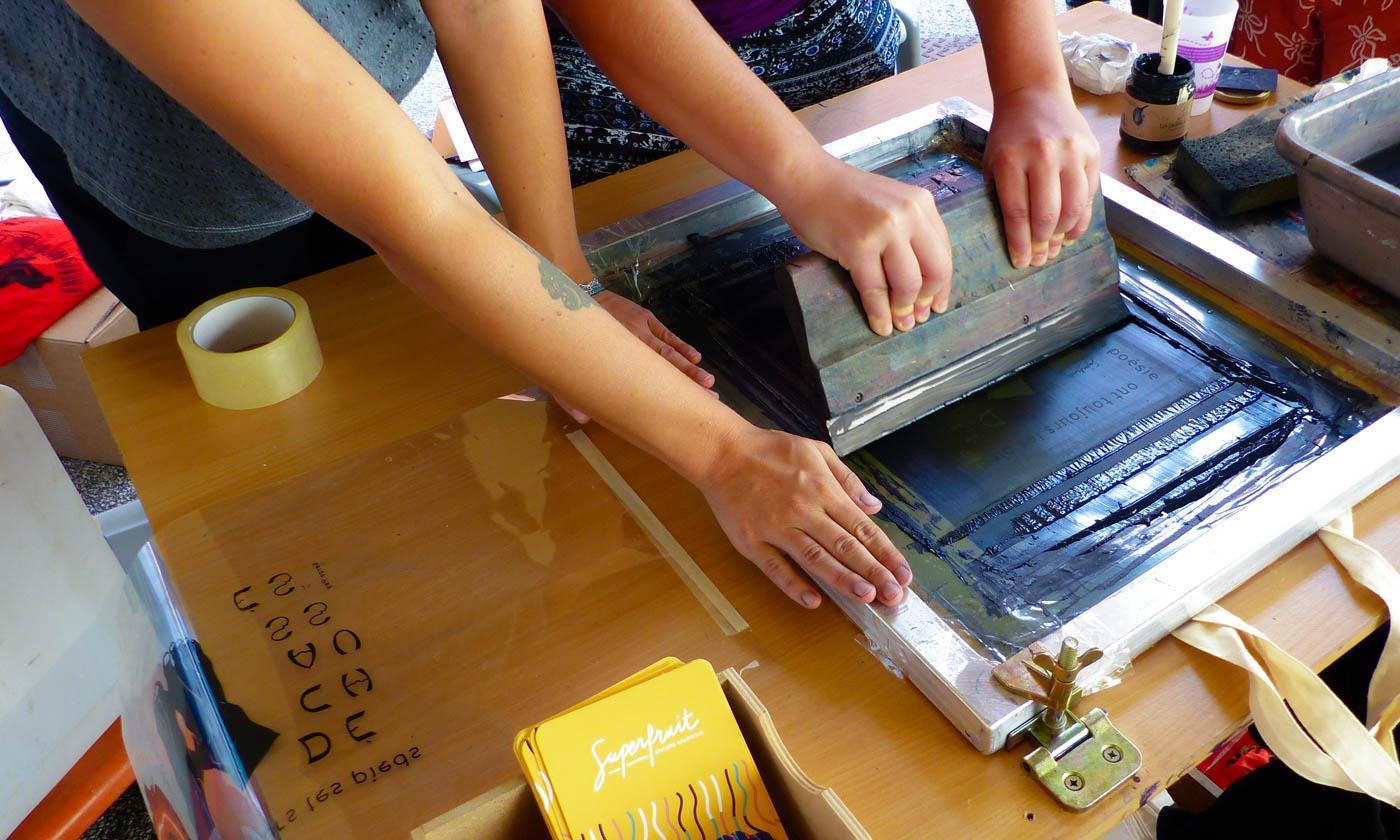 Des gens imprimants en sérigraphie, encre bleue