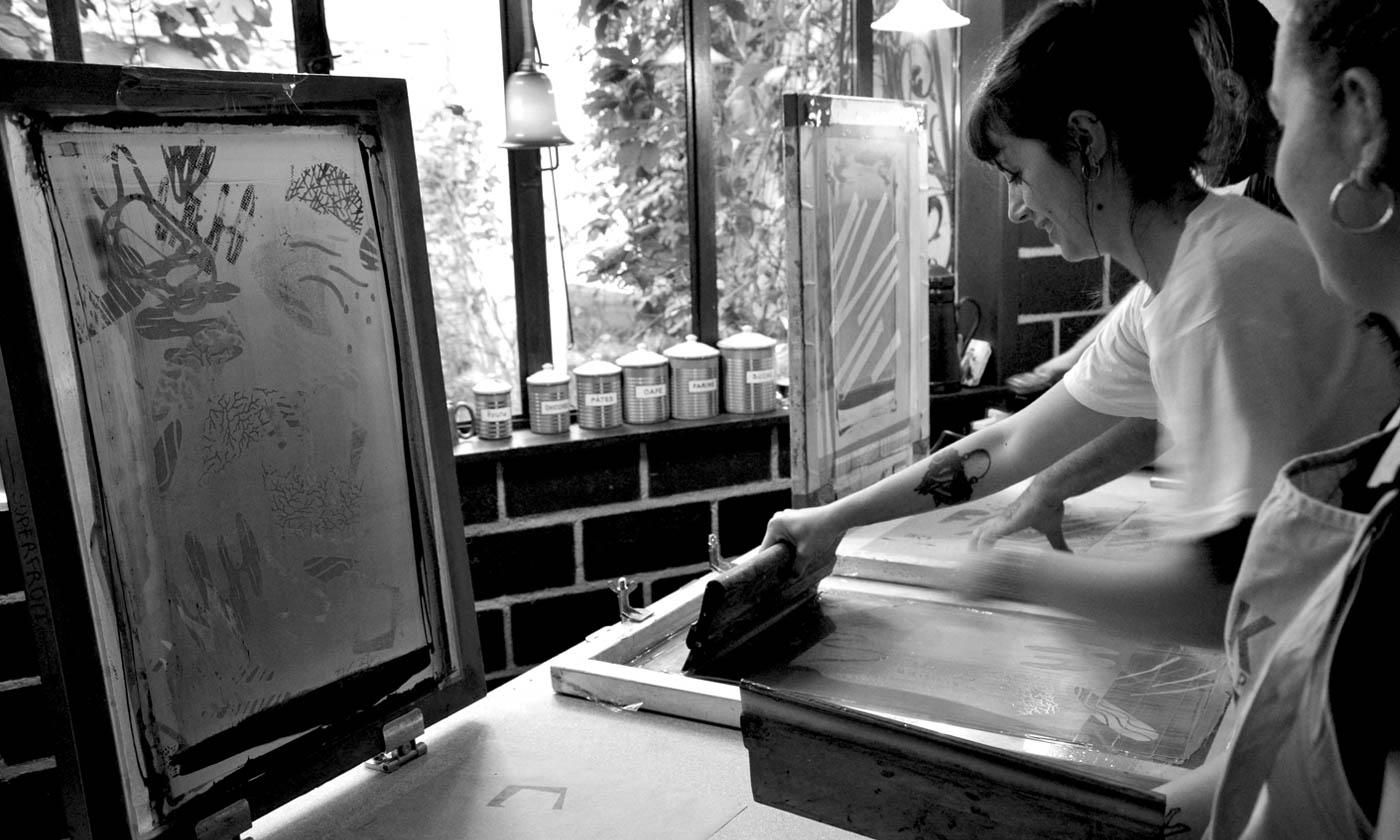 Séance d'impression en sérigraphie au Bol Rouge (Toulouse), plusieurs cadres pour un workshop commun