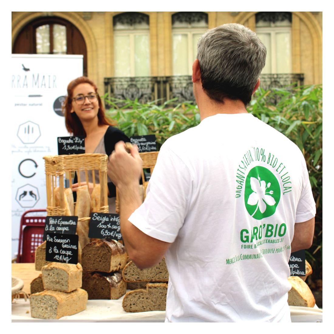Une femme, du pain, un homme et un t-shirt sérigraphié Garo'bio