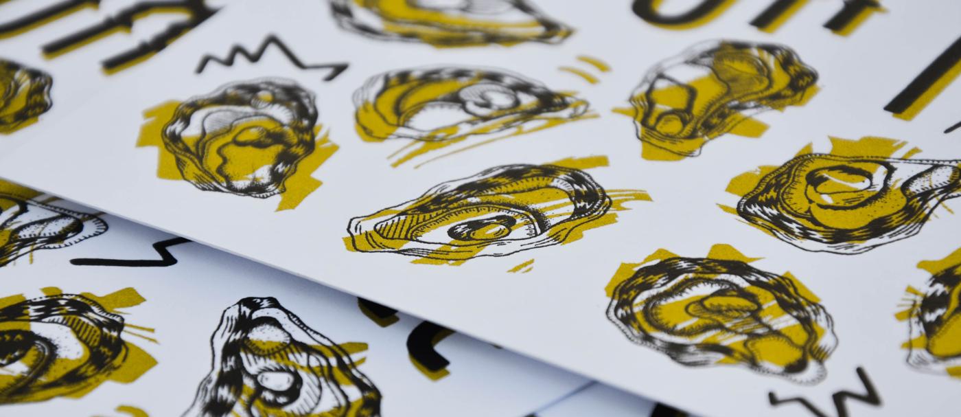 Photo détail des cartes de voeux 2018 imprimées en sérigraphie par Superfruit. Huitres et marbrures dorées