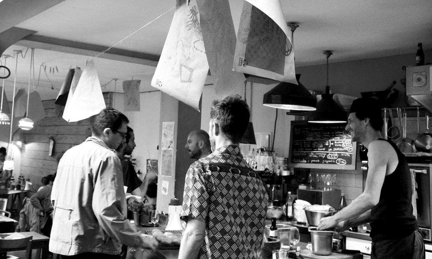 5 hommes discutant dans les cuisines du Bol Rouge (Toulouse)
