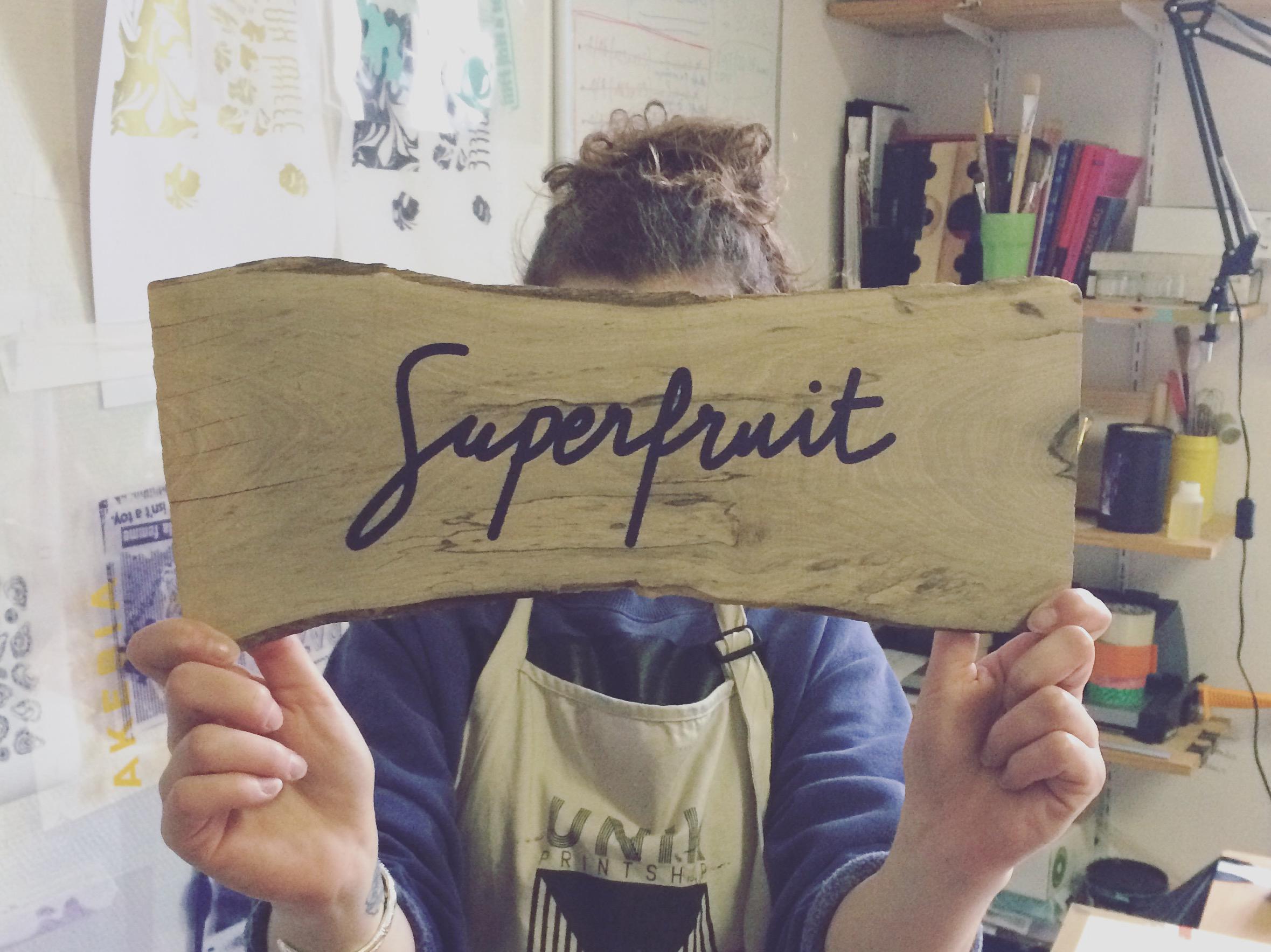 Thumbnail du blog, impression en sérigraphie du logo Superfruit sur une planche de bois