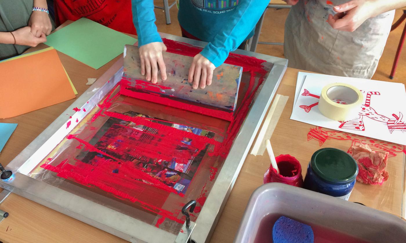 Photo atelier de sérigraphie avec le collège Olympe de Gouges, Montauban. Création de créatures hybrides imprimées en sérigraphie par les élèves et Superfruit
