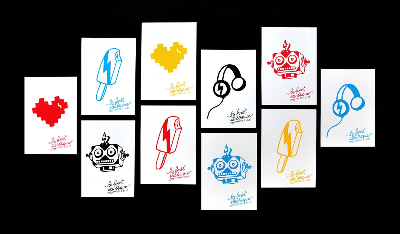 Photo d'ensemble des cartes A5 imprimées en sérigraphie par Superfruit pour la Foret Electrique. Quatre visuels différents : coeur, glace, casque audio et robot disponibles dans quatre couleurs.