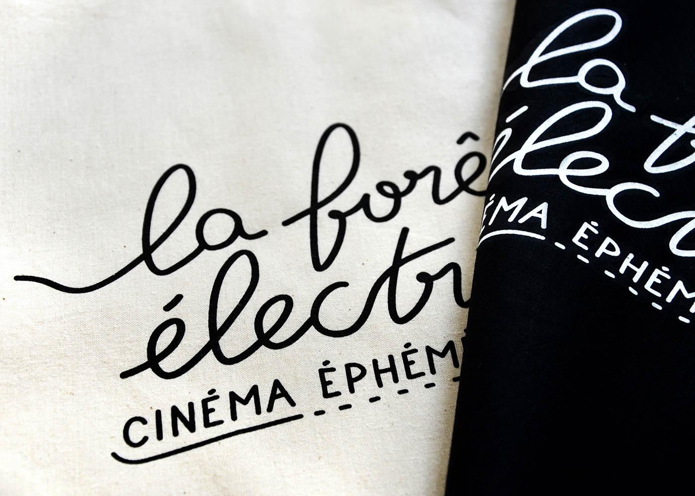 Détail des tote bags noir et couleur naturel avec la typographie imprimée en sérigraphie par Superfruit pour la Foret Electrique