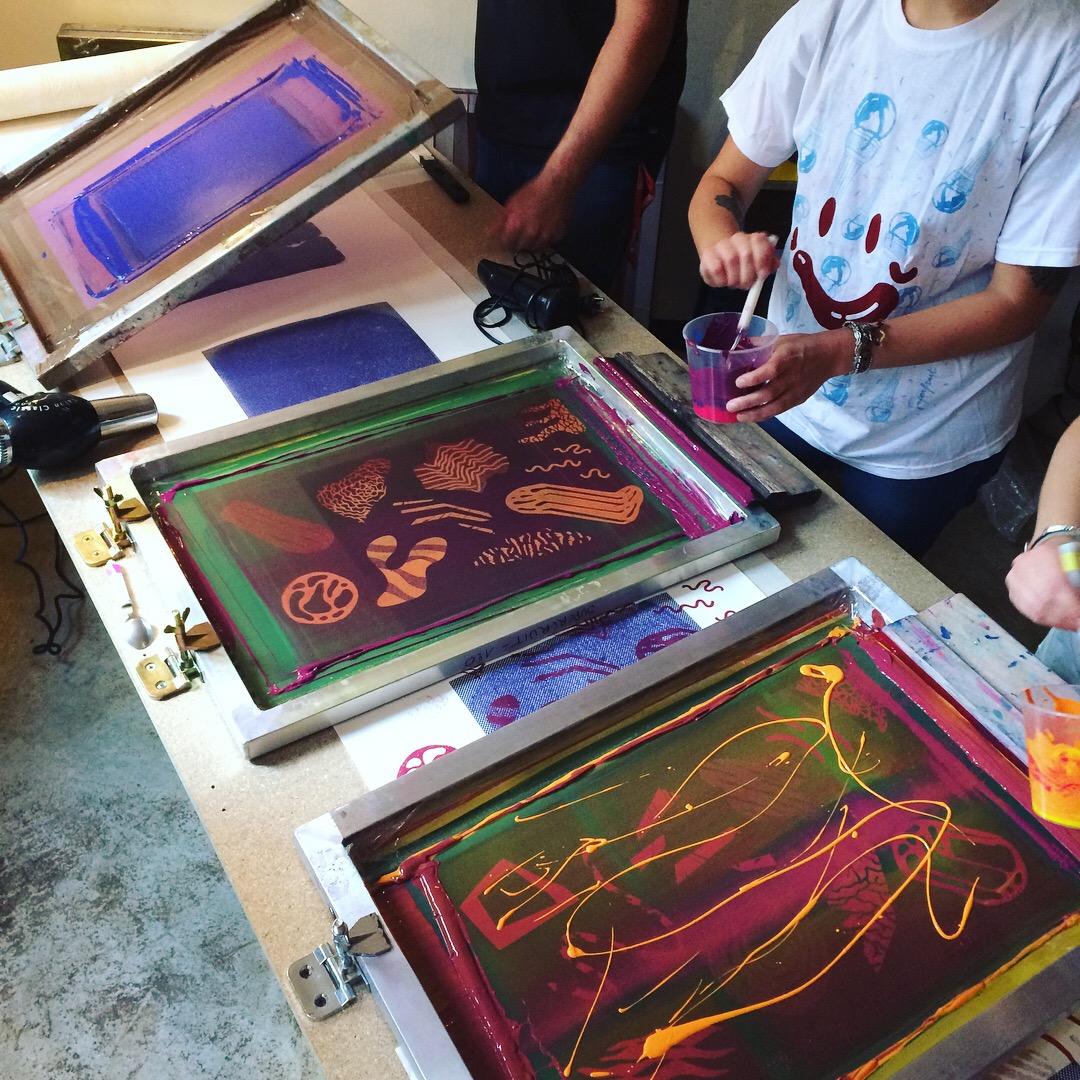 post blog : photo de l'atelier au bol rouge lors de l'événement du Superbol 2018. Sérigraphie de motifs dessinés pour l'occasion par Superfruit
