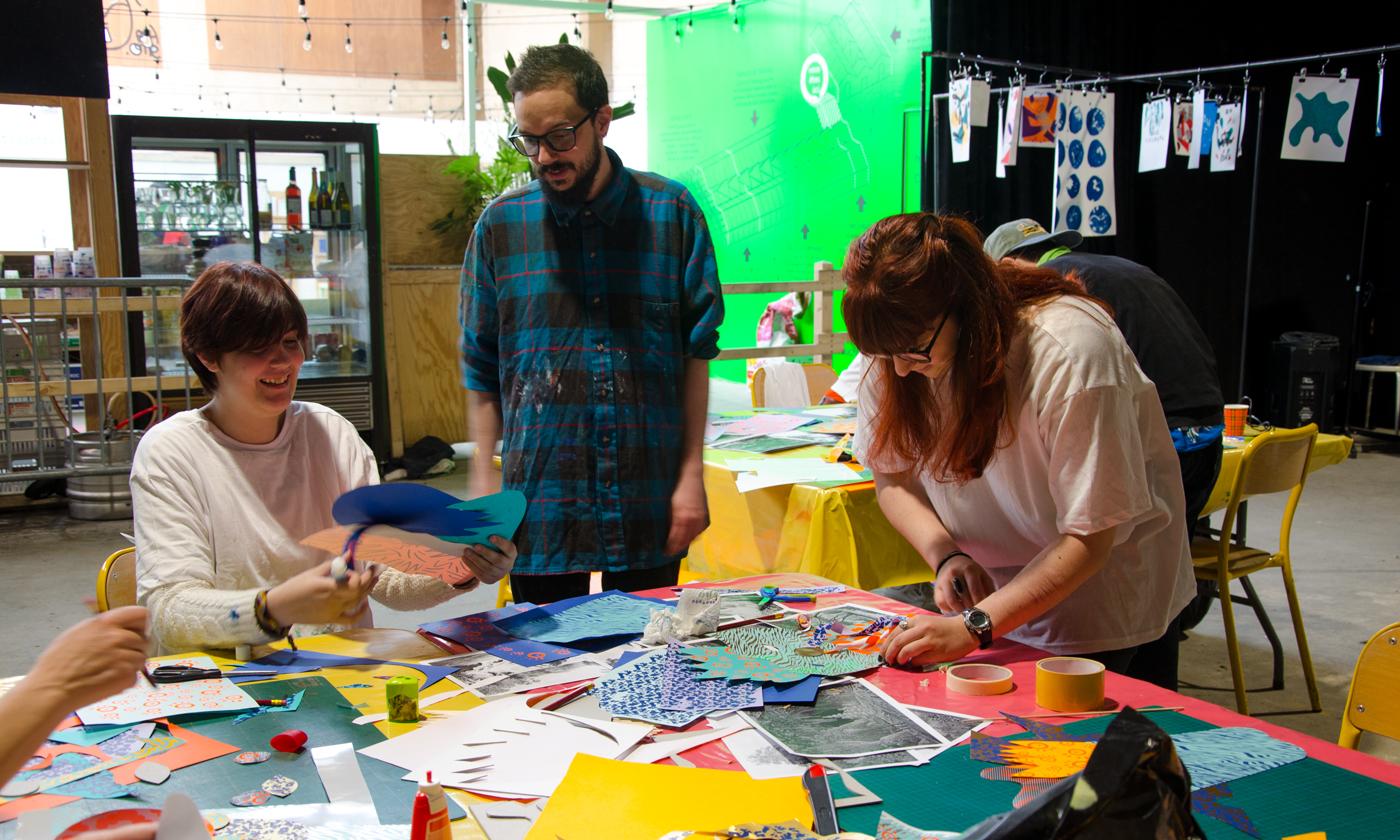 """Confection des masques en papiers découpés sérigraphiés pendant l'atelier """"Mascarade"""" de Superfruit lors du Festival Figuré.e"""