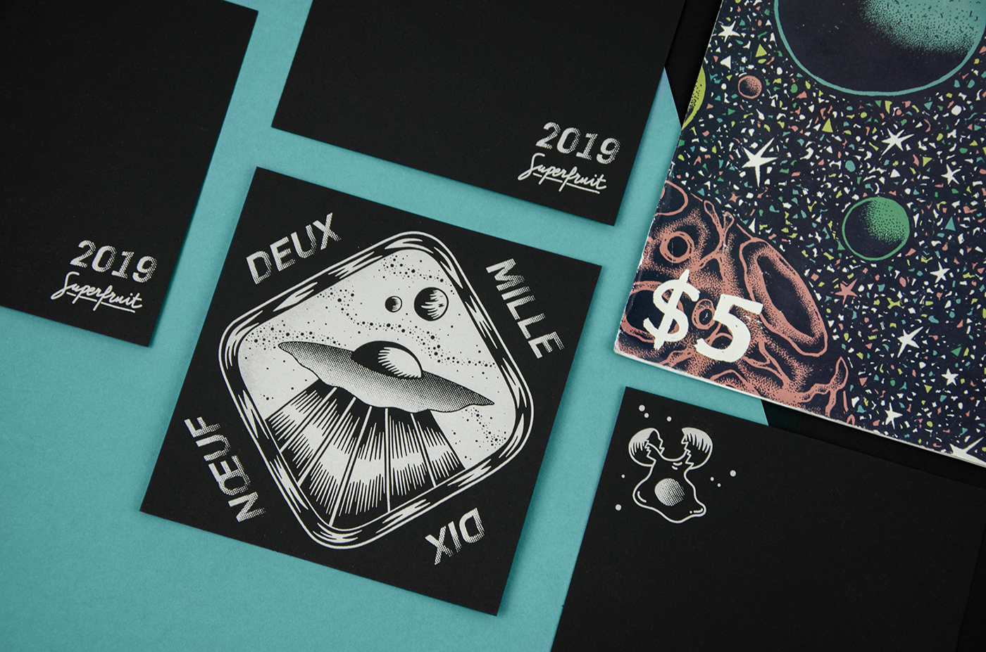 Composition photographique avec les cartes de voeux 2019 recto et verso et un comics sur le thème de l'espace