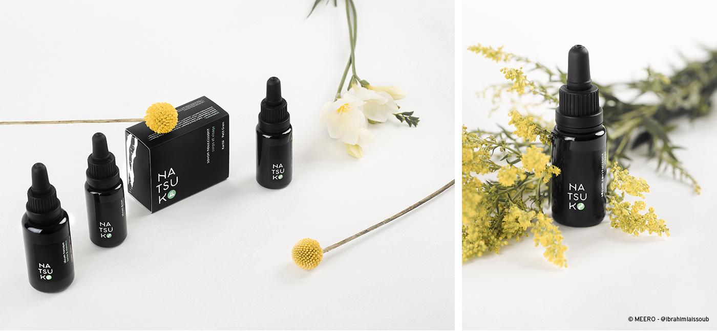 Ensemble de photographies de l'agence Meero mettant en scène les produits de la gamme Natsuko sur fond blanc, accompagnés de fleurs.