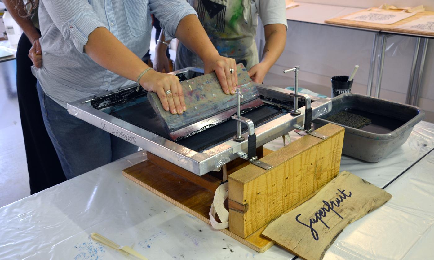 """Photographie de l'atelier de sérigraphie """"Mémothécaires"""" par Superfruit à la médiathèque Pavillon Blanc de Colomiers : pratique de l'impression artisanale sur tote bag"""