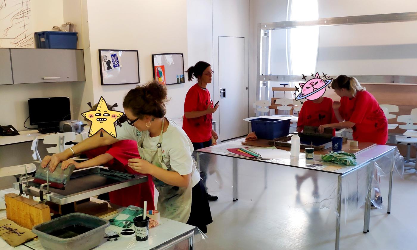 """Photographie de l'atelier de sérigraphie """"Mémothécaires"""" par Superfruit à la médiathèque Pavillon Blanc de Colomiers : 2 postes de travail pour initier un jeune public à l'impression artisanale sur tote bag"""